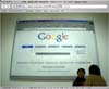 Instalacion artistica con la captura de pantalla de la pagina de Google